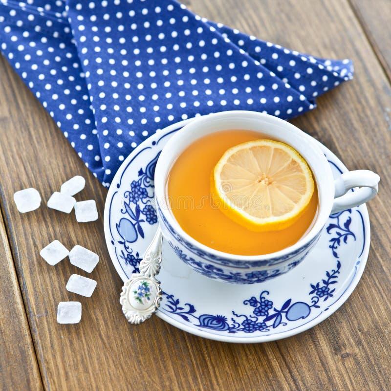 Varmt te med en skiva av citronen arkivfoto