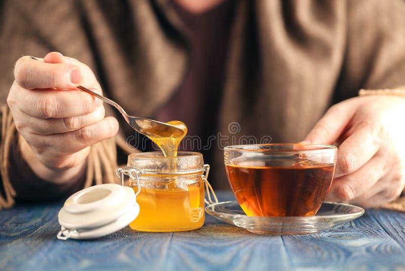 Varmt te med honung fotografering för bildbyråer