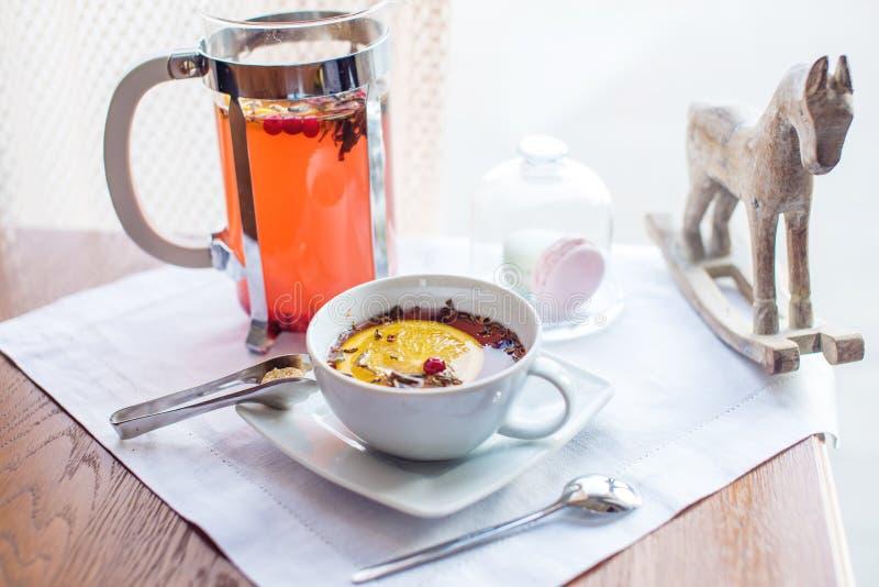 Varmt te med tranbär och örter i en fransk press fotografering för bildbyråer