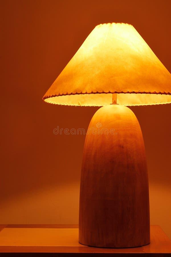 varmt trä för klassisk lampa arkivfoton