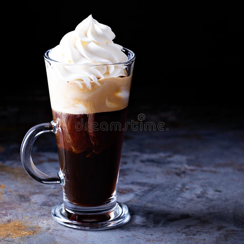 Varmt viennese kaffe med piskad kräm arkivfoto