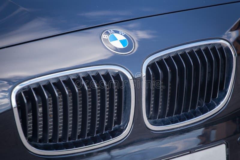 VARNA, BULGÁRIA - 17 DE MARÇO DE 2016: Ideia de uma grade e de um logotipo dianteiros de BMW BMW é um automóvel, uma motocicleta  fotografia de stock royalty free