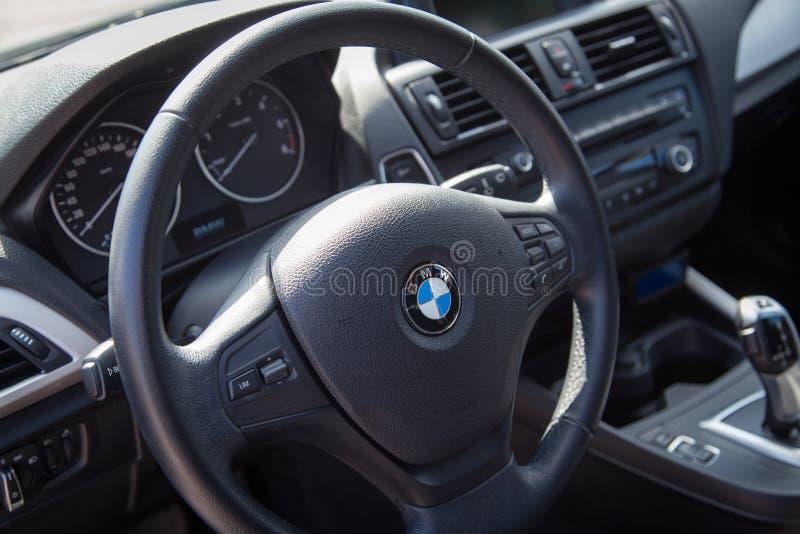 VARNA, BULGÁRIA - 17 DE MARÇO DE 2016: O interior moderno do volante de BMW BMW é um automóvel, uma motocicleta e um homem alemãe fotos de stock royalty free