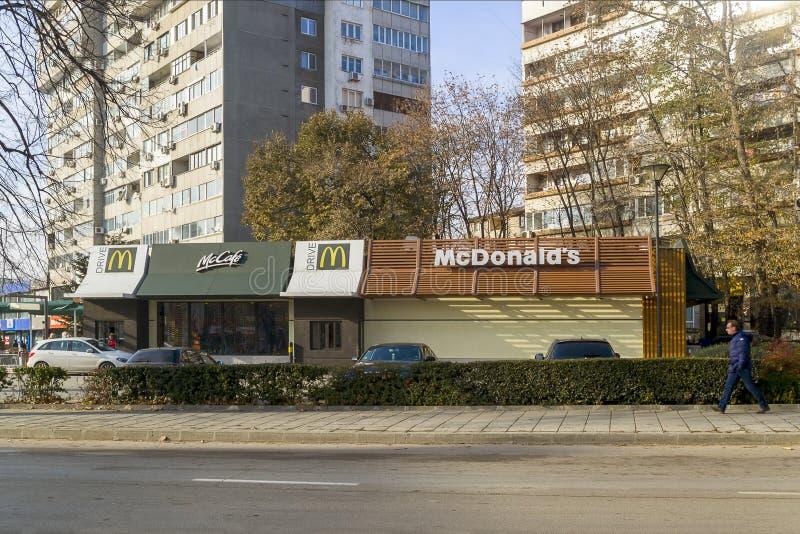 Varna, Bulgária, em dezembro de 2018 Ideia da movimentação do café de mcdonald e do mcdonald em um dia de inverno ensolarado fotografia de stock