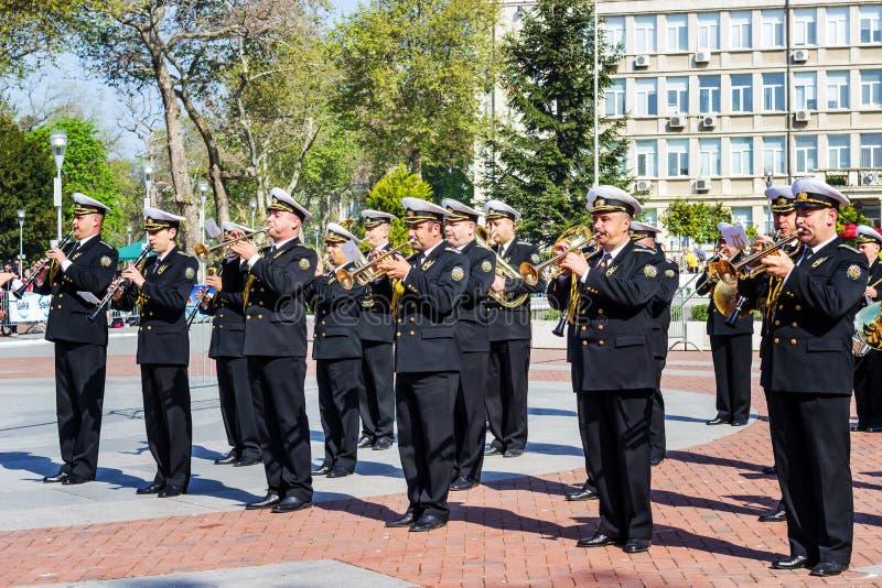 Varna Bulgária faixa militar do 7 de maio de 2017 que abre a maratona running internacional imagem de stock