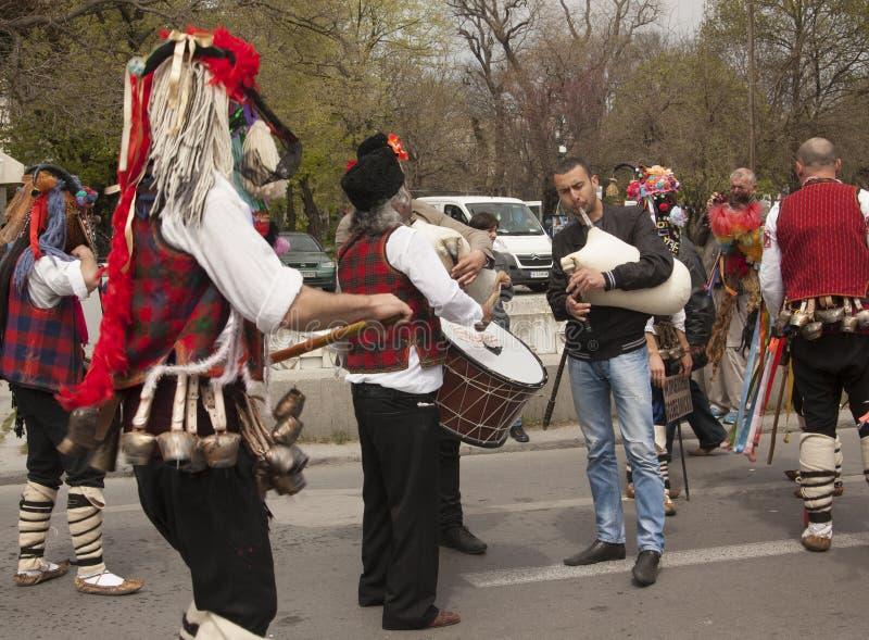 VARNA, BULGARIA - 29 DE ABRIL DE 2017: Día de fiesta del carnaval de máscaras, de trajes del carnaval y del teatro y de trajes na imagen de archivo