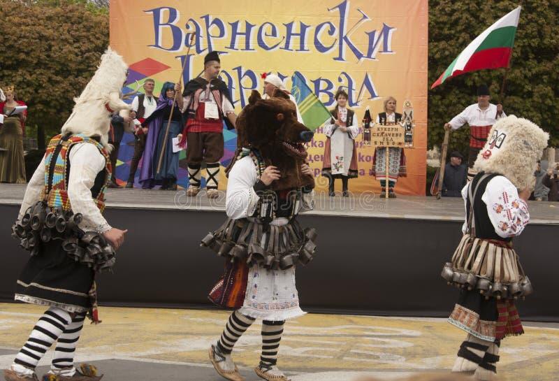 VARNA, BULGARIA - 29 DE ABRIL DE 2017: Día de fiesta del carnaval de máscaras, de trajes del carnaval y del teatro y de trajes na fotografía de archivo