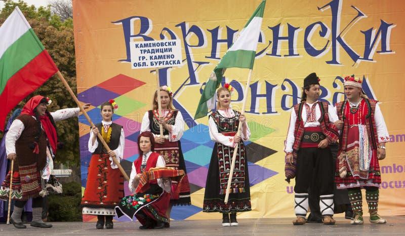 VARNA, BULGARIA - 29 DE ABRIL DE 2017: Día de fiesta del carnaval de máscaras, de trajes del carnaval y del teatro y de trajes na fotos de archivo libres de regalías