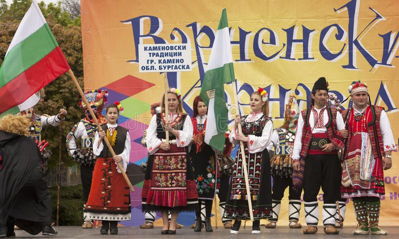 VARNA, BULGARIA - 29 DE ABRIL DE 2017: Día de fiesta del carnaval de máscaras, de trajes del carnaval y del teatro y de trajes na imagenes de archivo