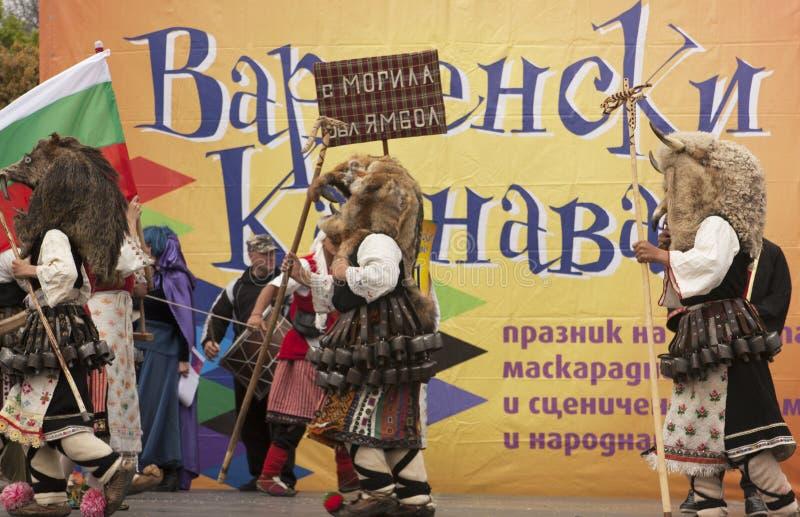VARNA, BULGARIA - 29 DE ABRIL DE 2017: Día de fiesta del carnaval de máscaras, de trajes del carnaval y del teatro y de trajes na foto de archivo libre de regalías