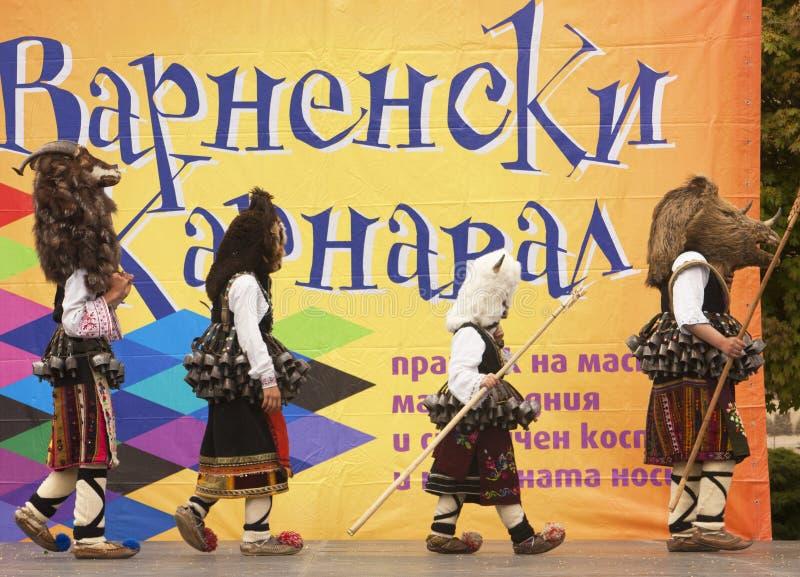 VARNA, BULGARIA - 29 DE ABRIL DE 2017: Día de fiesta del carnaval de máscaras, de trajes del carnaval y del teatro y de trajes na foto de archivo