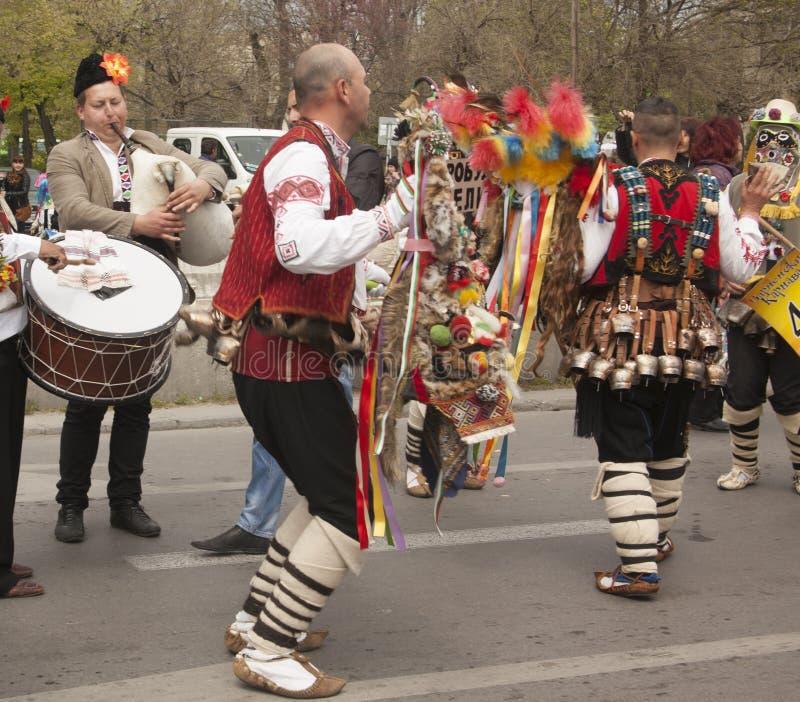 VARNA, BULGARIA - 28 DE ABRIL DE 2018: Día de fiesta de máscaras, coche del carnaval imagen de archivo libre de regalías