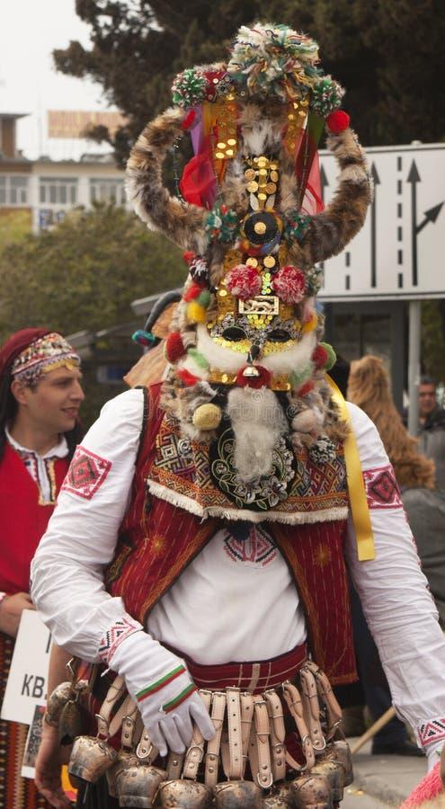 VARNA, BULGARIA - 28 DE ABRIL DE 2018: Día de fiesta de máscaras, coche del carnaval imagen de archivo
