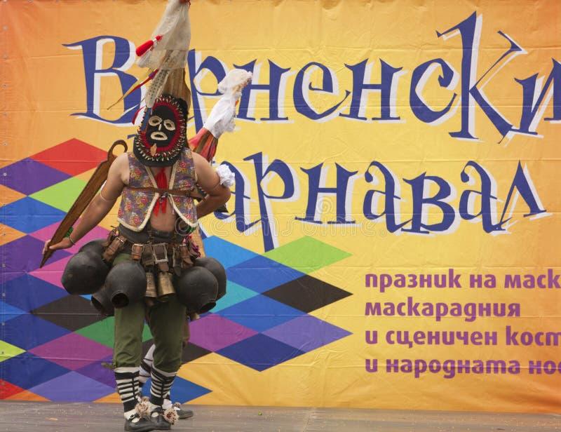 VARNA, BULGARIA - 28 DE ABRIL DE 2018: Día de fiesta de máscaras, coche del carnaval fotos de archivo libres de regalías