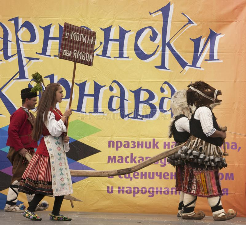 VARNA, BULGARIA - 28 DE ABRIL DE 2018: Día de fiesta de máscaras, coche del carnaval imágenes de archivo libres de regalías