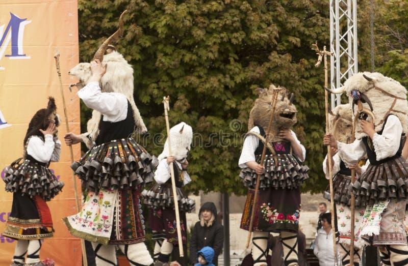 VARNA, BULGARIA - 28 DE ABRIL DE 2018: Día de fiesta de máscaras, coche del carnaval fotografía de archivo libre de regalías