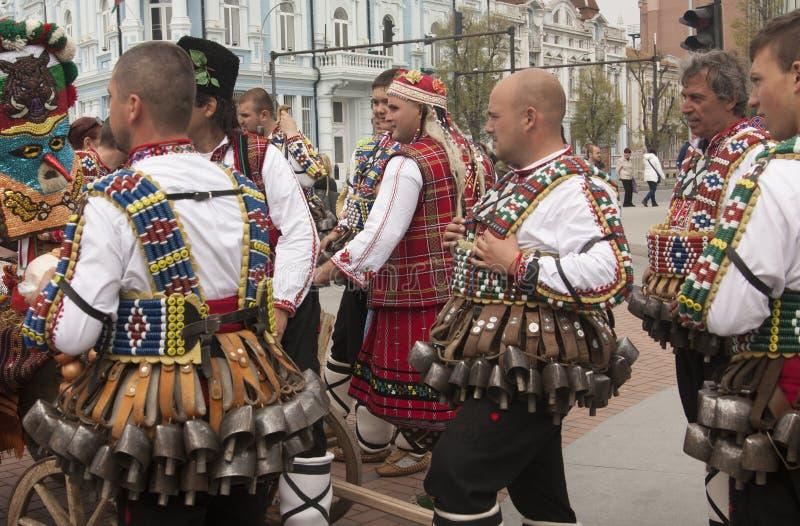VARNA, BULGARIA - 28 DE ABRIL DE 2018: Día de fiesta de máscaras, coche del carnaval fotografía de archivo