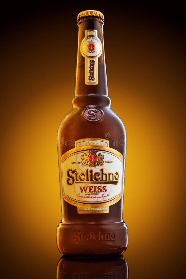 Varna, Bulgaria - 16 de diciembre de 2016: Botella de cerveza de Stolichno Weiss imagen de archivo libre de regalías