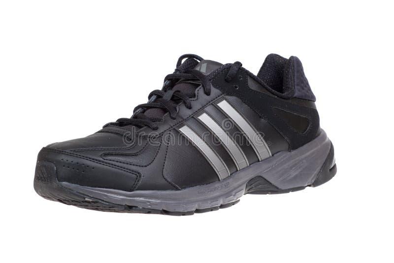 Varna, Bulgaria - 18 DE SEPTIEMBRE DE 2015: Zapato de ADIDAS SUMBRAH Aislado en blanco Tiros del producto fotografía de archivo