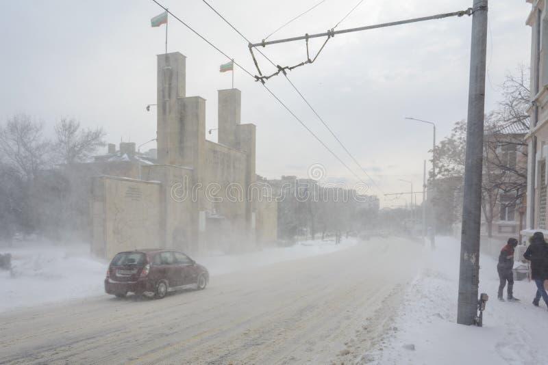 VARNA, BULGARIA, IL 28 FEBBRAIO 2018: ottavo portone commemorativo del reggimento di fanteria sotto la tempesta della neve Il mon immagini stock libere da diritti