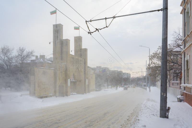 VARNA, BULGARIA, IL 28 FEBBRAIO 2018: ottavo portone commemorativo del reggimento di fanteria sotto la tempesta della neve Il mon fotografie stock libere da diritti
