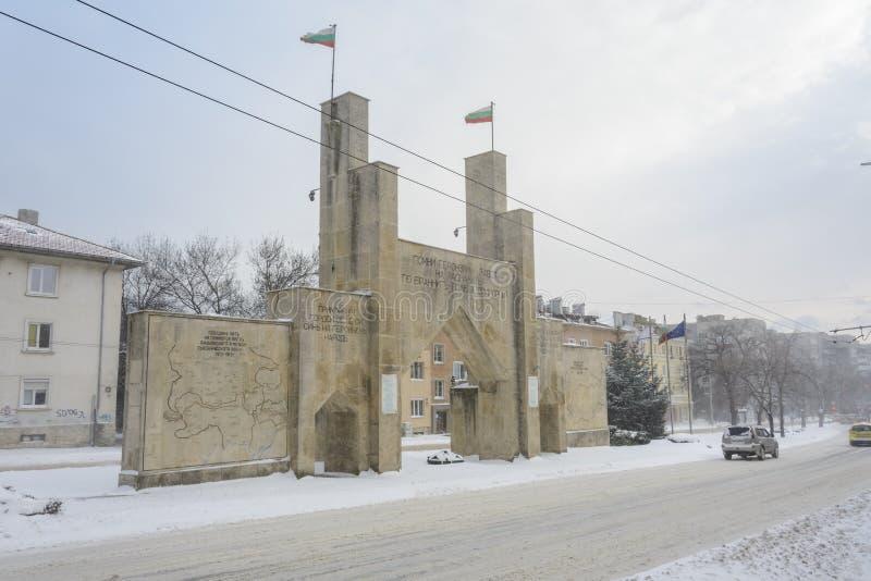 VARNA, BULGARIA, IL 28 FEBBRAIO 2018: ottavo portone commemorativo del reggimento di fanteria sotto la tempesta della neve Il mon fotografia stock