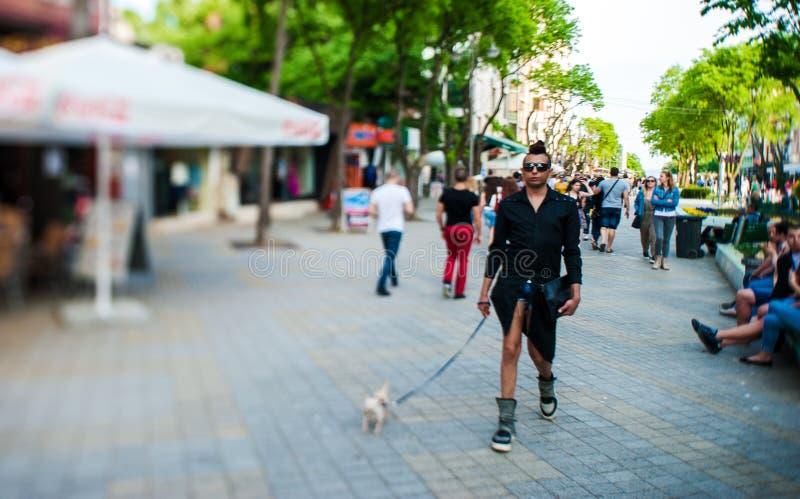 VARNA, BULGARIA - 19 MAGGIO 2015: Gente locale in Bulgaria Obiettivo decentrabile di inclinazione e fondo confuso immagine stock