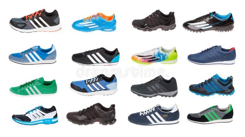 Varna, Bulgaria - 10 marzo 2016: La raccolta dello sport calza ADIDAS, isolato su bianco Colpi del prodotto Adidas è un corpor te fotografia stock libera da diritti
