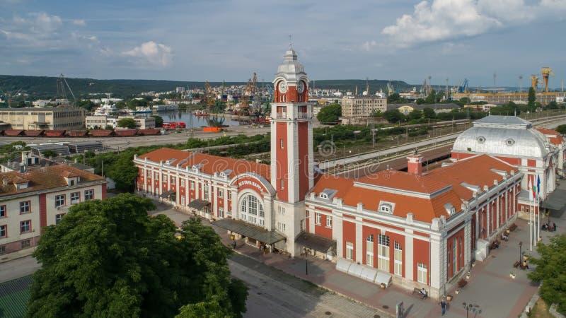 Varna, Bulgarie - 17 juin 2017 : Vue générale de gare ferroviaire centrale de Varna, la capitale de mer de la Bulgarie photo libre de droits