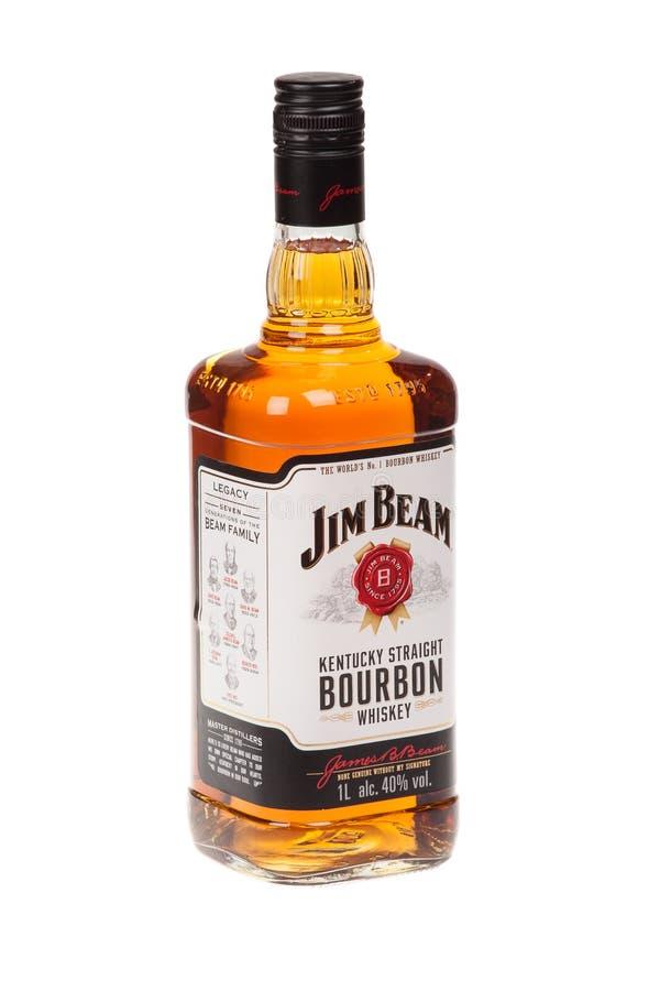 VARNA BULGARIEN - AUGUSTI 17 2016: Foto av en flaska av Jim Beam Bourbon som isoleras på vit Jim Beam är ett amerikanskt märke av arkivbilder