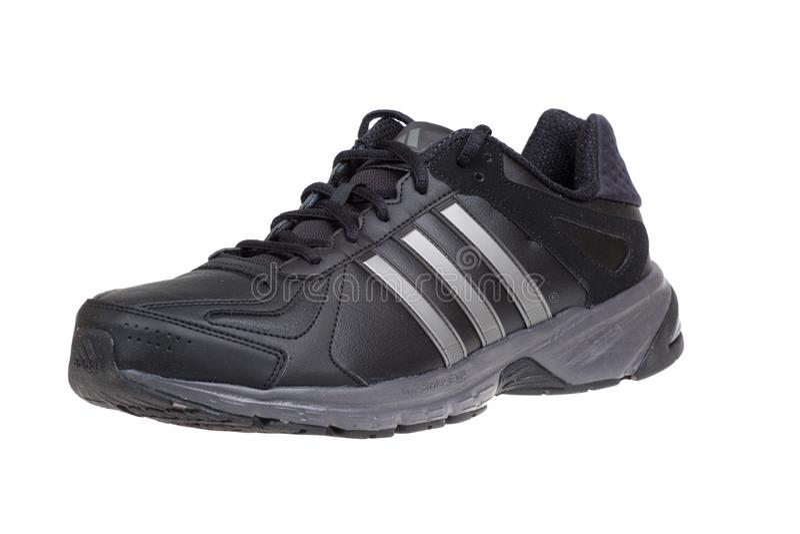 Varna, Bulgarien - 18. SEPTEMBER 2015: Schuh ADIDASS SUMBRAH Lokalisiert auf Weiß Produktschüsse stockfotografie