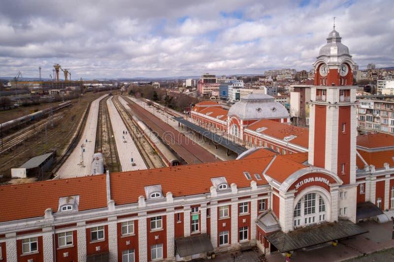 Varna, Bulgarije - FEBRUARI 26, 2017: Algemene mening van het centrale station van Varna, de overzeese hoofdstad van Bulgarije royalty-vrije stock afbeelding