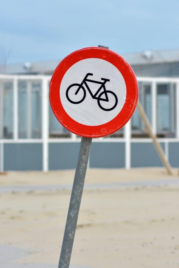 Varnande tecken för röd cykelgata på kust av Texel royaltyfria foton