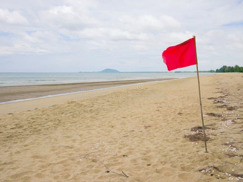 Varnande tecken för röd flagga royaltyfria foton