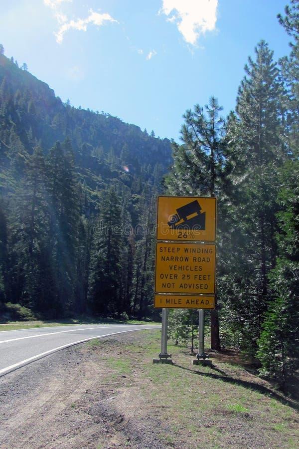 Varnande tecken för väg på huvudväg 108, Sonorapasserande, Sierra Nevada, Kalifornien arkivfoto