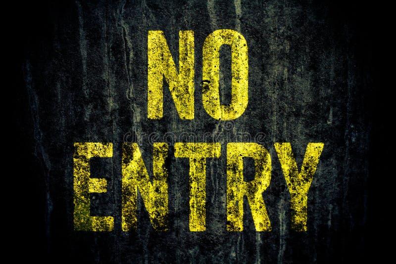"""varning för """"NoEntry† undertecknar in gula brev som målas över den mörka grungy gråa betongväggen arkivbilder"""