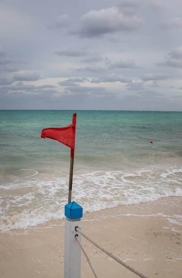 Varning för röd flagga arkivbild