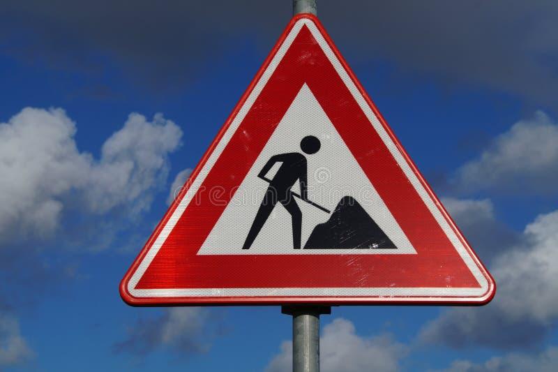 Varning för vägkonstruktion och säkerhetstecken arkivbilder