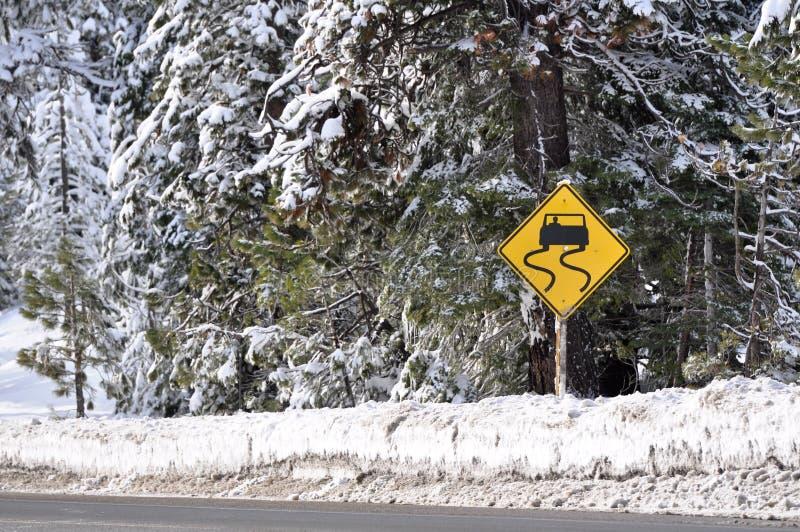 varning som kör vinter för teckenstormvarning royaltyfria bilder