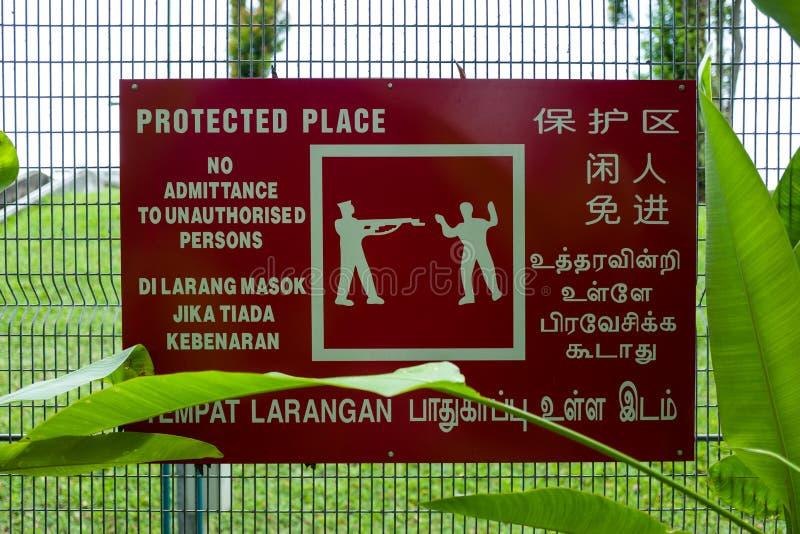 Varning undertecknar in fortet Cannings i Singapore royaltyfri fotografi
