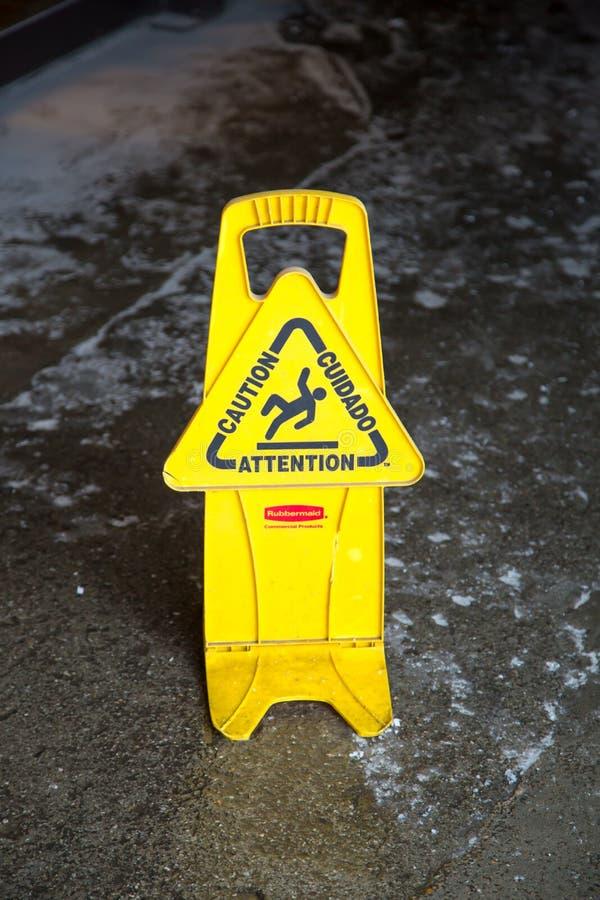 Varningen varningstecknet som är halt blöter golvet royaltyfria bilder