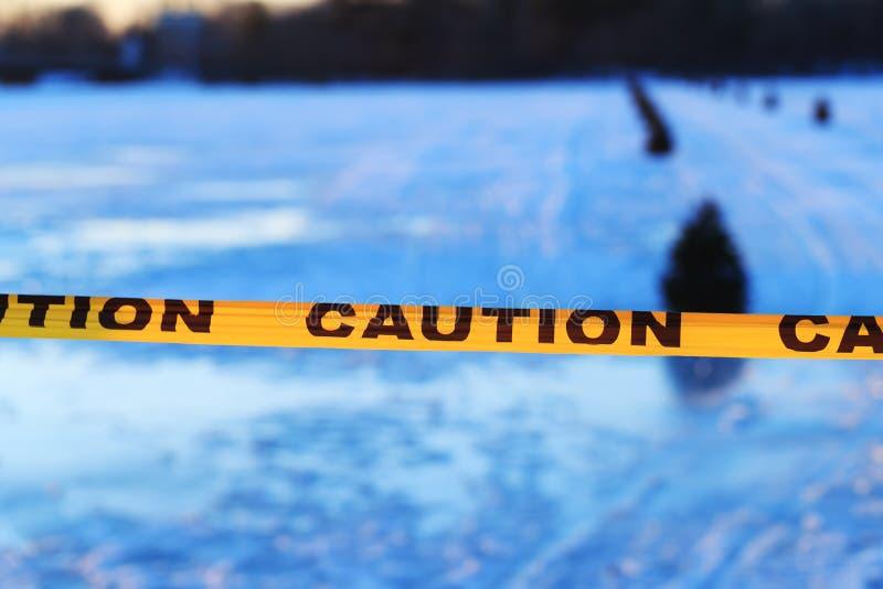 Varnings- eller varningstecken av drunkning, fryst sjö arkivbilder