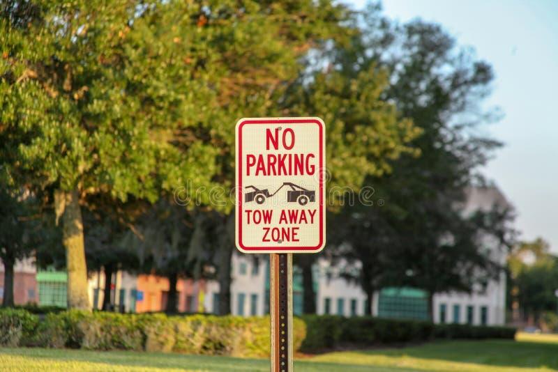 Varningssignal: Det finns ingen parkering på plats som är föremål för bogsering arkivfoton