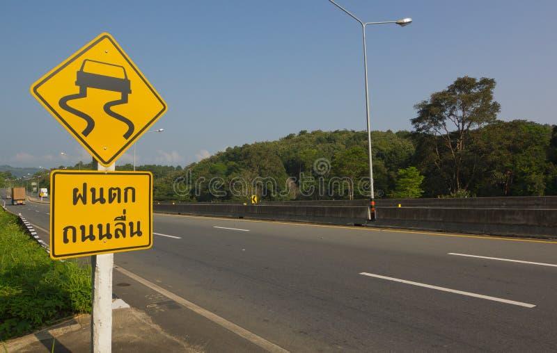 Varningstecken för hal väg framåt royaltyfri fotografi