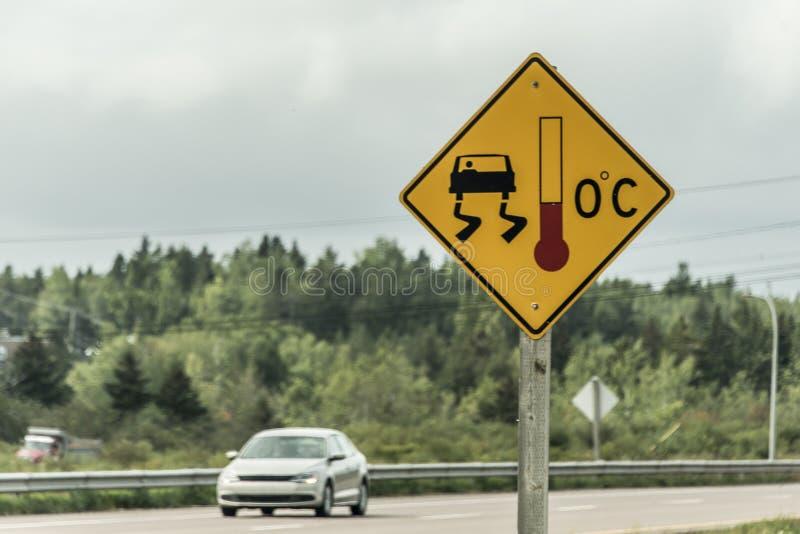 Varningstecken för halt iskallt vägtrans. Kanada arkivbild