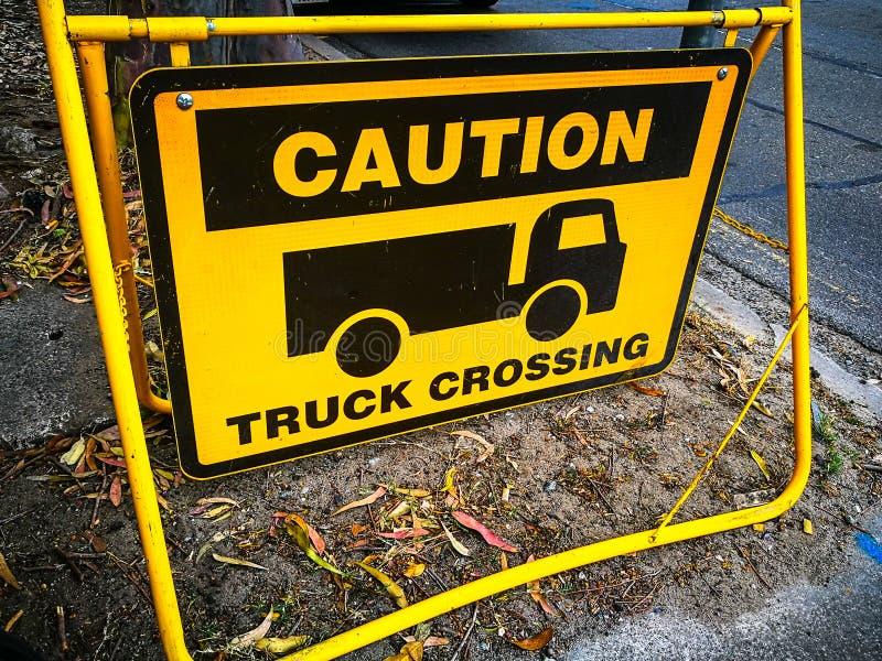Varningstecken för lastbilkorsning arkivfoton