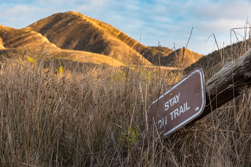 Varningstecken på att fotvandra slingan av berget arkivfoto
