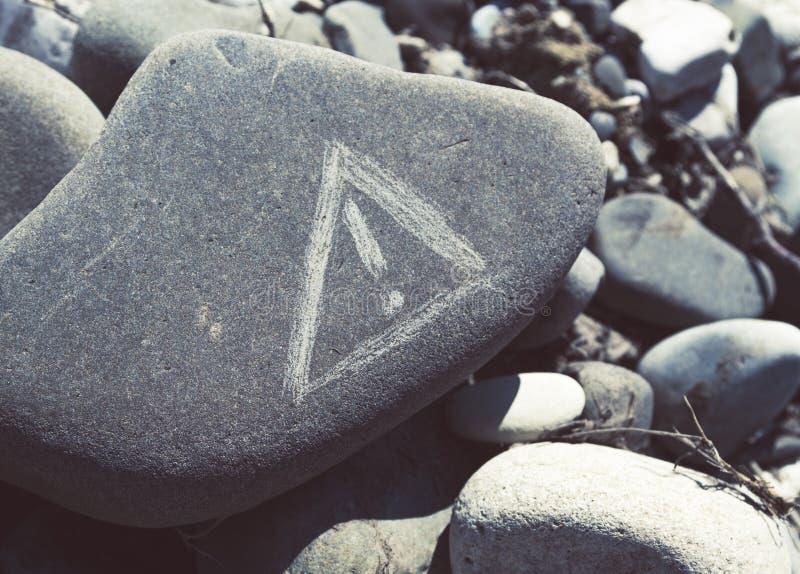 Varningstecken på en stenblocksten arkivfoto