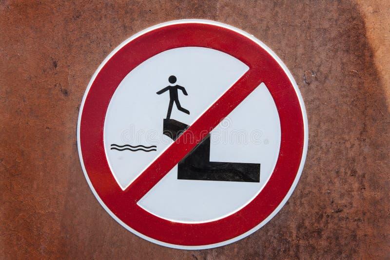 Varningstecken på en vägg royaltyfri bild