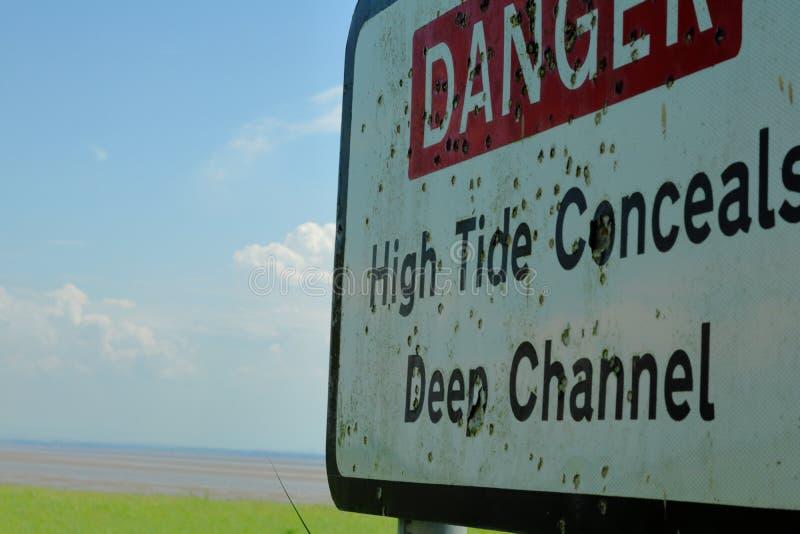 Varningstecken på kusten royaltyfria bilder
